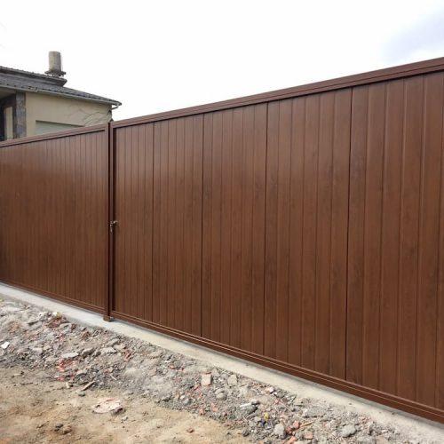 puerta-abatible-panel-sandwich-imitacion-madera-acanalada
