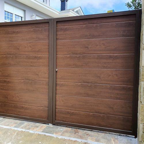 puerta-abatible-panel-sandwich-imitacion-madera-oscura