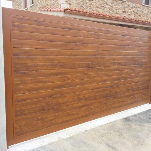 puerta-automatica-corredera-panel-sandwich-imitacion-madera-clara