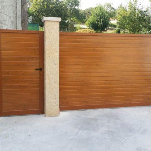 puerta-automatica-corredera-panel-sandwich-imitacion-madera-clara-y-peatonal