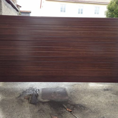 puerta-automatica-corredera-panel-sandwich-imitacion-madera-oscura