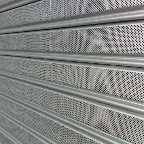 puerta-automatica-enrollable-microperforada-detalle