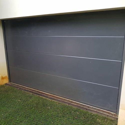 puerta-automatica-seccional-con-peatonal-insertada-y-ventanas