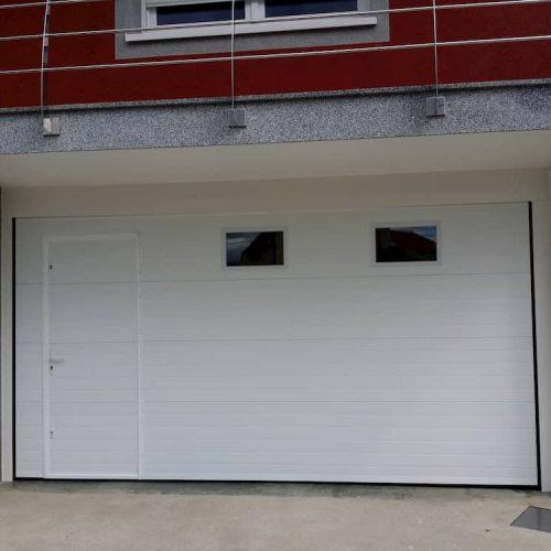 puerta-automatica-seccional-con-peatonal-insertada-y-ventanas-2