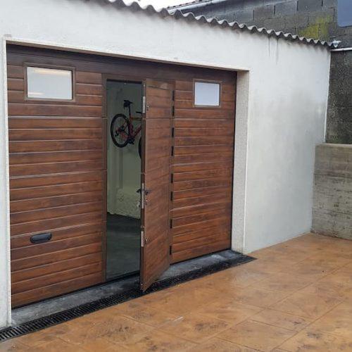 puerta-automatica-seccional-efecto-madera-oscura-con-peatonal