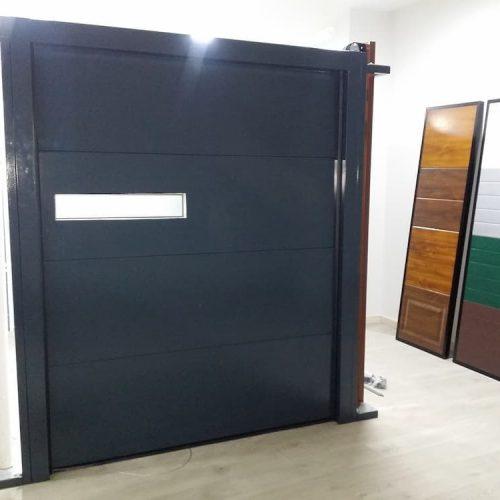 puerta-automatica-seccional-panel-superliso-negro-con-ventana
