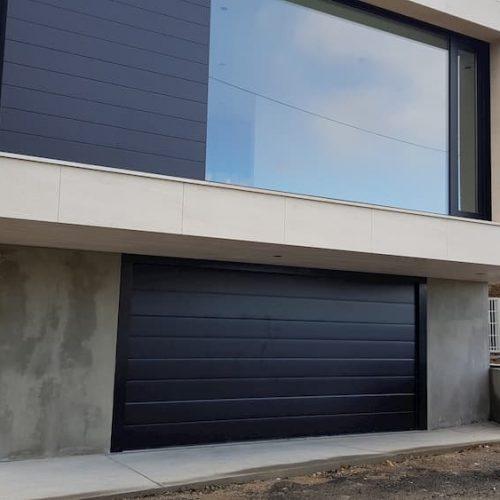 puerta-automatica-seccional-panel-superliso-negro-vivienda