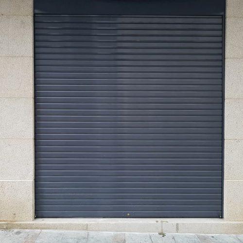 puerta-enrollable-ciega-negra