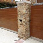 puerta-peatonal-imitacion-madera-marco-inox