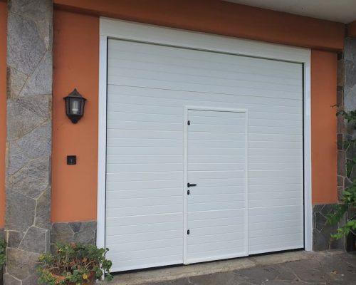 Puerta seccional con peatonal integrada