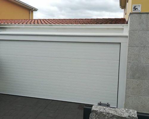 Puerta garaje retranqueada
